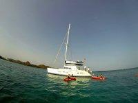 船旁边的皮划艇