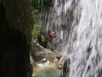 detrás de la cascada