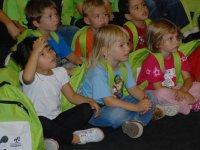 Pequenos alumnos atendiendo al profe