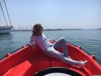 在红色小船的甲板上休息