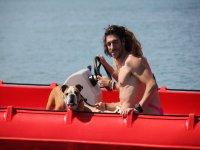Con el perro en el barco