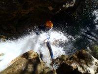 Aguas del río salpicando