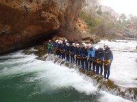 Grupo de amigos en el río