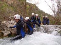 Gruppo di persone che fanno canyoning
