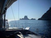 Barca a vela al confine con la costa