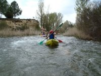Dos menores en una canoa para dos en el rio Jucar
