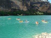 Hermoso paisaje con nuestras canoas y clientes en el mar
