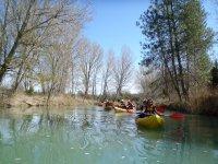 在独木舟平静的水面平静的水面
