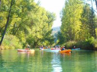 Bambini che remano nelle barche in il fiume Jucar
