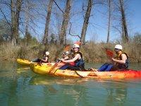 Navigare in le nostre canoe con i tuoi amici