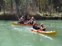 Navigando in canoa in tandem