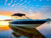 Barco con el atardecer detras