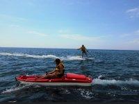 Kayak rojo con motor