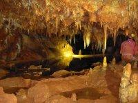 Cueva de Cuenca con un uomo sulla schiena