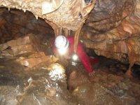 Pasando entre las formaciones de la cueva