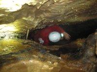 Pasando por los huecos de la cueva