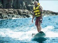 Tabla de surf equipada con motor
