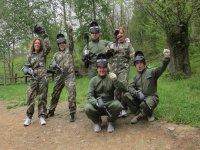 Gruppo di Paintball preparato per l'azione