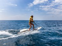 De pie en tabla de surf con motor