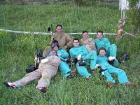 一群朋友在一次彩弹射击后休息