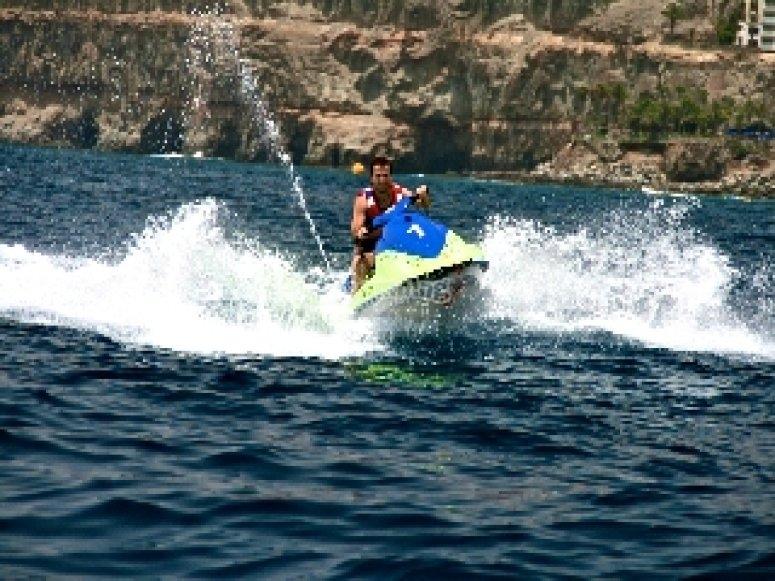 Surcando las olas en moto de agua
