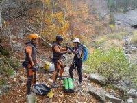 tres personas de multiaventura de escalada y orientacion