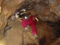 皮艇在储油层走下去洞穴