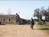 Montando a caballo en el exterior de la finca