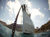 Barco fondeado