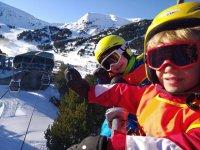 Peques en la clase de esquí
