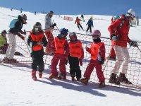 Los más jóvenes esquiando