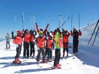 Alumnos de esquí en la pista