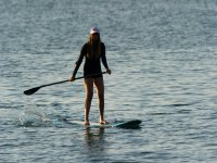 Mujer practicando SUP