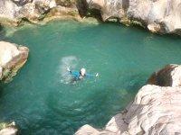 Nadando en la poza