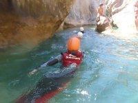 Nadando en el barranco