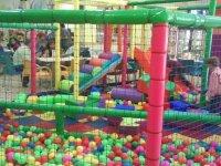 Un parque de bolas con bolas gigantes