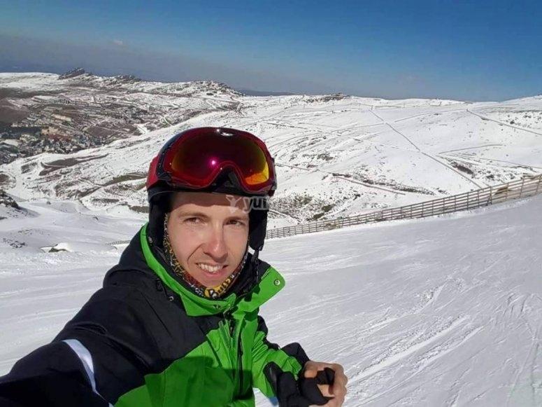 Esquiador sobre la pendiente