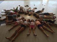 Alumnos tumbados en circulo