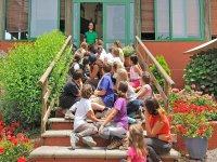 Alumnos en la escalera