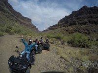 Saludando desde el camino en quad