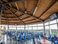 Amplia cafeteria cubierta
