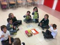 青年学生在英语课堂游戏