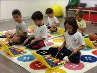 钢琴一起演奏触摸地毯上