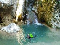 Piscina de agua turquesa