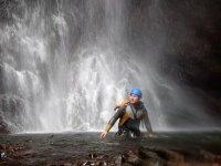 Bajo el agua de la cascada