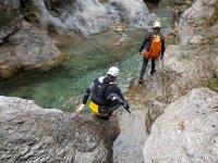 Caminando por las rocas del rio