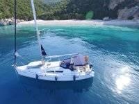 velero en playa solitaria