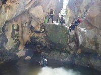 Bajando con cuerda hasta el agua