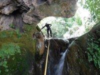 Cascada entre rocas en Zarzalones