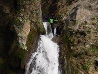 Colocando las cuerdas en la cascada